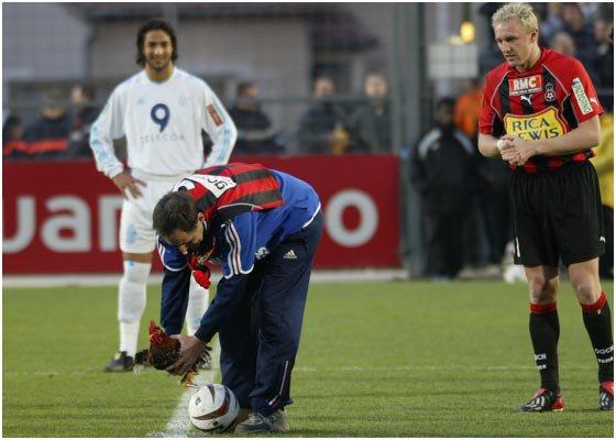 """avec mon ami GERNOT  ROHR , qui a l'époque ou il était entraineur de l' OGC Nice m'avait , avec le regretté PANCHO GONZALES  ...fait 1 somptueux CADEAU  lors de ce 29 FEVRIER 2004  , (( jour de mon anniversaire )) donnait le ::: """" coup d'envoi '' du match : NICE / MARSEILLE  au stade du RAY"""