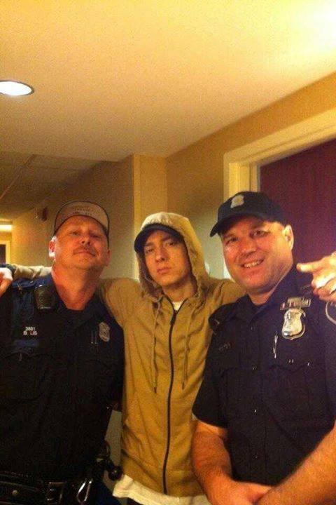 Eminem avec deux policiers  (25/06/13)