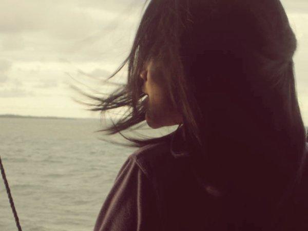 ca fait mal d'apprendre à quitter ceux qui nous quittent, d'apprendre à l'aimer en silence, le dos tourné, les yeux baisés et pleins de larmes. de devoir apprendre à son coeur la force de se vider en demeurant habité.