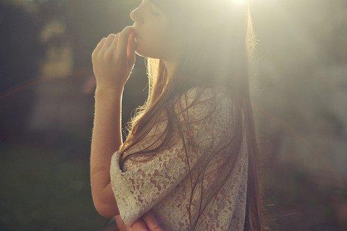 """""""Tu m'as décroché mes étoiles. Tu as donné de grands coups de hache dans notre  amour. Tu m'as cassé mon rêve. Tu m'as sonné comme un boxeur. Je ne marche pas encore sur les genoux, mais j'ai les chevilles en coton. Tout se dérobe. Je ne sais plus où aller. Je me cogne. La seule porte de sortie, c'est toi et c'est fermé. J'ai voulu cent fois courir parce que je te voyais, mais, comme dans les aéroports, les baies étaient en verre épais. Ça fait mal quand on croit décoller et qu'on se les prend de plein fouet. On tombe comme les chevaux dans les abattoirs sous le coup bien placé d'un maillet. Tout s'écroule à cette seconde, tu meurs debout, le décor s'effondre ; les jambes rentrent dans la tête, la tête s'enfonce dans le sol. Et si, par hasard, tu en réchappes, c'est pour mourir quelques mètres plus loin, devant une autre porte vitrée."""""""