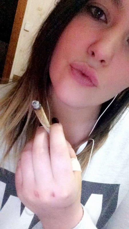 - Fume un joint tout ira bien, fume en deux tout ira mieu, et au moi de Mai fume ce qu'il te plai