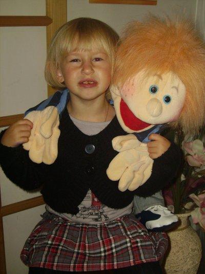 Clara et sa marionnette !!! lol