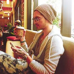""""""" Actuellement je me suis marié 2 fois, avec ma voiture et ma guitare. """" Tom Kaulitz"""