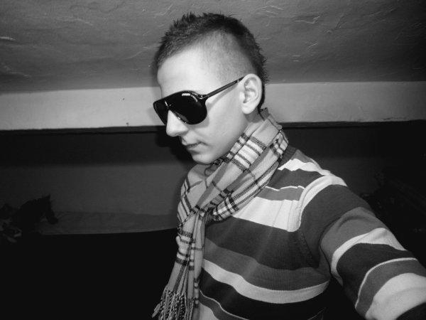 Sebastien 17 anos , Bo Goss x.3 , 6 Decembre , Italiien , Celib , Dmende_Moii@hot'.fr