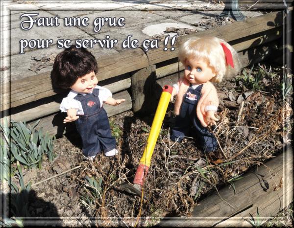 Les baby font du jardinage