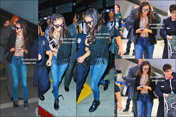 01/10/14: Selena Gomez à l'aéroport de LAX à Los Angeles.
