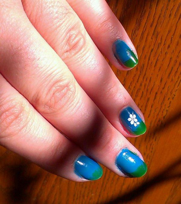 Nail art bleu et vert printanier