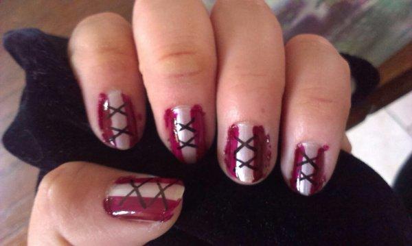 Nouveau nails art effet corset blanc et violet
