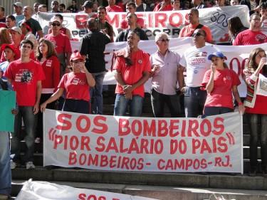 BRESIL : RIO S'HABILLE EN ROUGE POUR DEFENDRE SES POMPIERS
