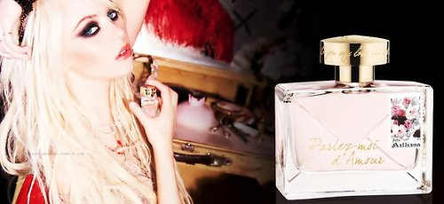 Taylor réalisant une performance lors du lancement du nouveau parfum de John Galliano; Parlez Moi d'Amour. On peut également voir Taylor posait devant les photographes avec John Galliano.