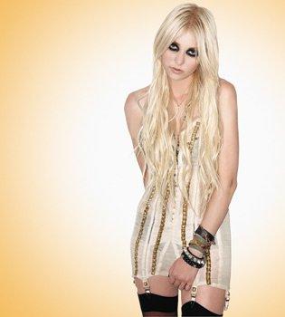 Trois images sortant du shoot que Taylor a fait pour le magazine  Celebs On Sunday.