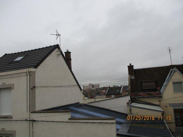 TEMPS GRIS ENCORE CE MATIN CHEZ MOI (vue de ma fenêtre de chambre non j'ai pas vue sur la mer ni la montagne)