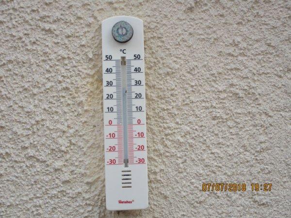 ON N'A MANGER DEHORS DANS NOTRE PETITE COUR CE SOIR 30° ENCORE