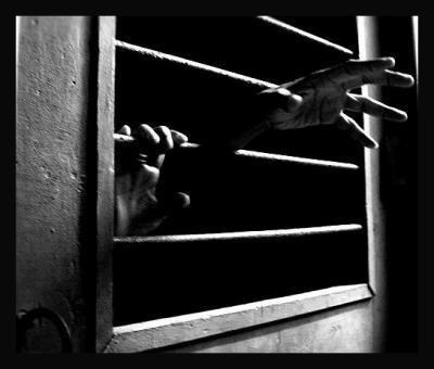 - Les explosions de la solitude résonnent à travers la nuit. Lève les mains et couvre tes oreilles. Et si maintenant tu en as le courage, abandonne-les à tes côtés au moins une fois dans ta vie. -