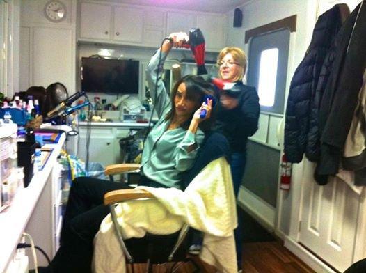 Nina Lisandrello se faire coiffer pour le tournage