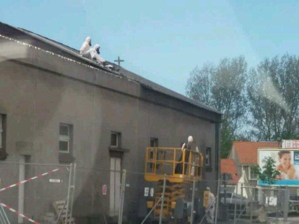 Triste de voir ma paroisse en démolition pour laisser place a un parking pour des lycéens qui viennent en cours en bmw