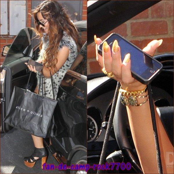 Le 15 août 2011 Demi a été vu faire du shopping au magasin Alice + Olivia Boutique et après en direction de sa voiture à Los Angeles, en Californie.