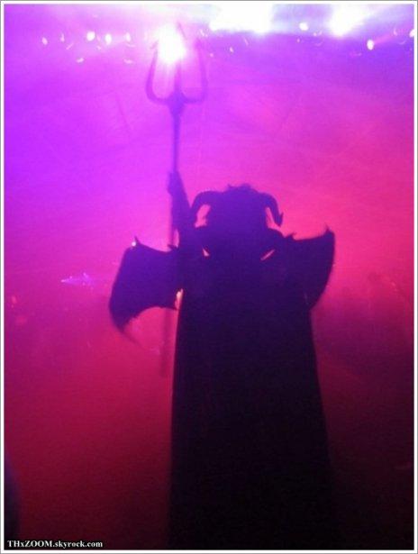 """Tokiohotel.com  31.10.11 - Tom's blog ________________HALLOWEEN !!!  """"Mon petit frère (Bill) le diable a tout déchiré sur la piste ! Je dois avouer que, le costume était génial. Mais sa danse ... pas tant que ça ;-)  Vous serez en mesure de voir le costume en entier dans notre application à venir."""" ________________(Traduction de Tokio Hotel : le Journal des Fans)"""
