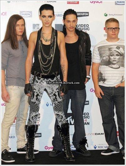 Netjoven.pe  Tokio Hotel et Adam Lambert ont vaincu Lady Gaga à la cérémonie des O Music Awards.  ________________(Traduction par Maya pour Tokio Hotel : Le journal des fans.)