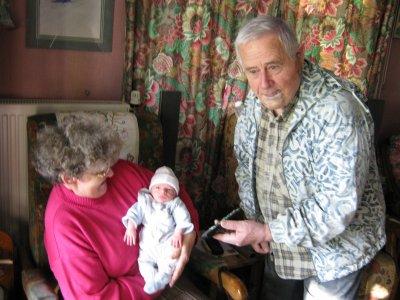mathéo avec son arrière grand mère et grand père