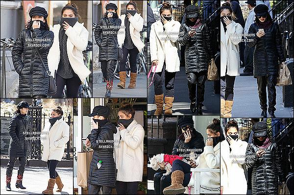 """"""" 23/03/2015 : Les sisters Hudgens ont été aperçues, entrain de promener leur chienne Darla dans East Village.  Je suis un peu déçue des tenues que porte Stella en ce moment, c'est beaucoup de déjà vu, et elle se cache beaucoup des paparazzis. C'est un flop  !   """""""