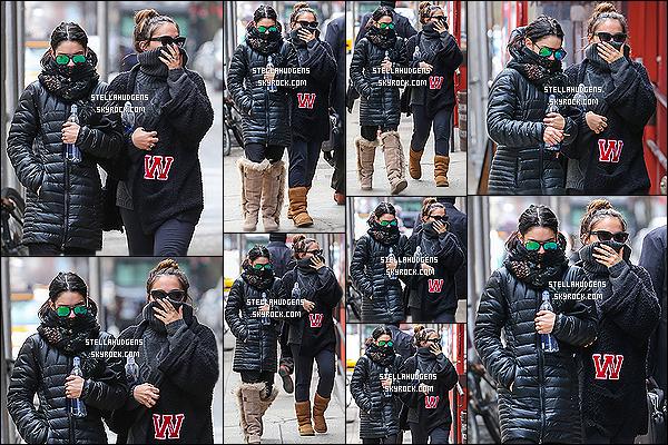 """"""" 18/03/2015 : Stella Hudgens à été photographiée avec sa grande soeur en promenade en ville dans New York.  C'est avec une tenue décontracté qu'on retrouve Stella, c'est pas un top ni un flop, il devait faire froid dehors vu comment elles étaient recouverte !   """""""