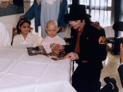 michael a l'hopital avec des enfants
