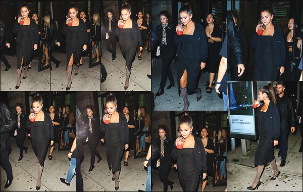 - ''•-08/09/18-'  Selena Gomez a été photographiée alors qu'elle se baladait dans les rues de la ville de New York Notre actrice favorite était en compagnie de quelques amis, elle portait des chaussettes de la marque Versace. Quel est votre avis sur sa tenue, top/flop ? -