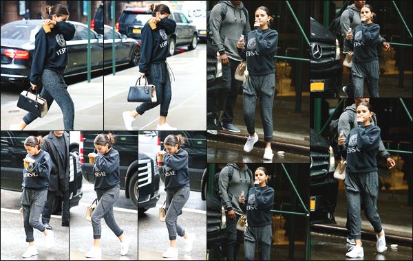 - ''•-10/09/18-'  Selena Gomez a été photographiée alors qu'elle se baladait dans les rues de la ville de New York La jolie petite actrice avait un café glacé venant du « Starbucks » à la main. Niveau tenue, je lui accorde un petit top pour cette fois, quel est votre avis ?! -