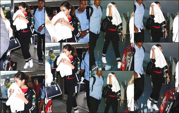 - ''•-12/09/18-'  Selena Marie Gomez a été vue alors qu'elle arrivait à l'aéroport : « JFK » situé à New York City ! La jeune femme quittait donc la ville de New York afin de se rendre à Los Angeles, le séjour était de courte durée ! C'est un top pour sa tenue et vous ?! -
