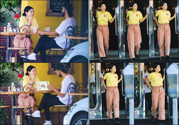 - ''•-21/09/18-'  Selena a été aperçue, alors qu'elle mangeait dans un restaurant avec un ami, dans Beverly Hills. Notre starlette préférée portait une tenue assez banale, je n'aime pas trop c'est donc un flop pour ma part et toi quel est ton avis sur sa mise en beauté ? -