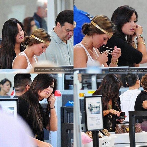 Demi à l'aéroport LAX w/ Dallas (sa soeur)