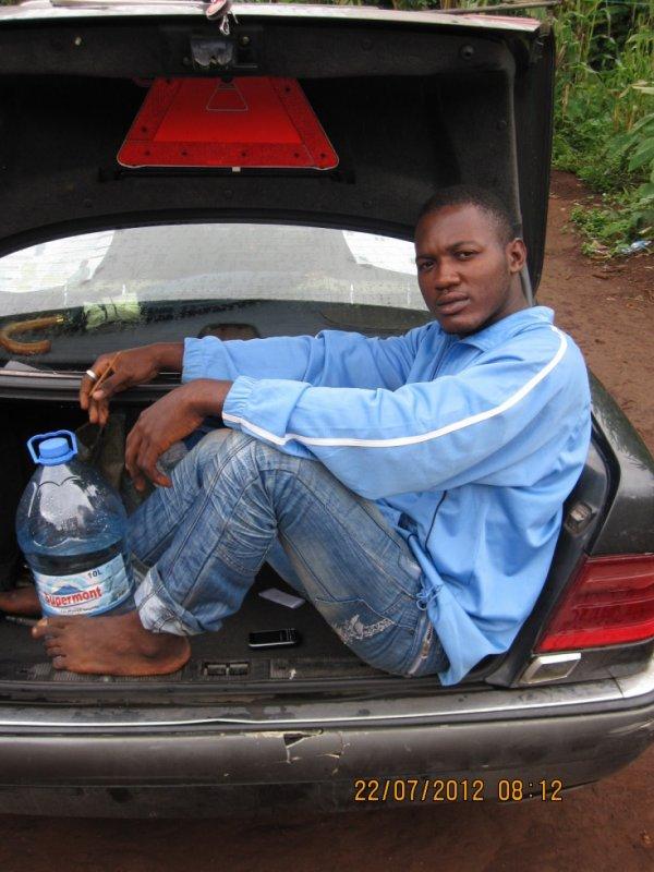 seul o monde seul o villag seul assi a la mal arrière de sa voiture ss tjr trankil!!!!!!