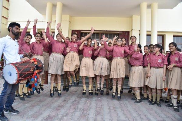 ਸ਼ਕਾਲਰਜ ਸਕੂਲ ਵਿੱਖੇ ਢੋਲ ਅਤੇ ਸਹਿਨਾਈਆਂ ਨਾਲ ਭੰਗੜੇ ਪਾਏ ਵਿਦਿਆਰਥੀਆਂ ਨੇ