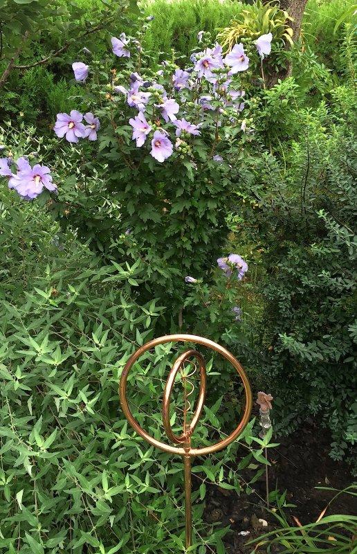Abstraction d'un symbole de la vie dans le coin de la méditation....    Abstraktion eines Symbols des Lebens in der ruhigen Ecke des Gartens.