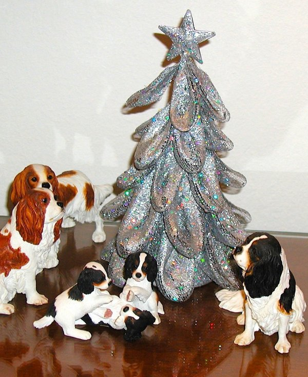 Décoration de noël avec des Cavaliers King Charles en porcelaine. Weihnachtsschmuck aus Porzellan, dazu Cavaliers King Charles .