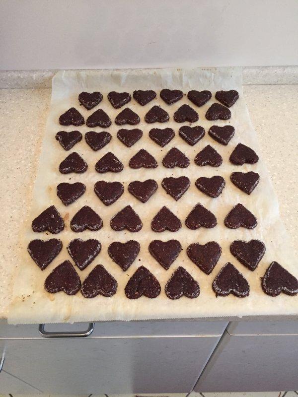 Petits biscuits de noël,  aujourd'hui: le Brunsli,  spécialité suisse.  Weihnachtsplätzchen, heute: Brunsli, eine Schweizer Spezialität.