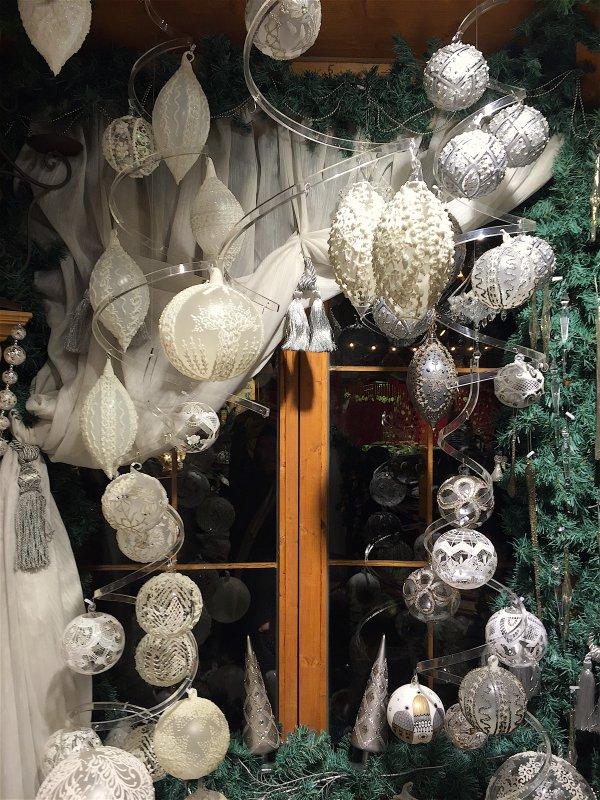 Même les deux fenêtres du salon sont décorées de boules........ Sogar werden die zwei Fenster des Salons mit Kugel geschmückt