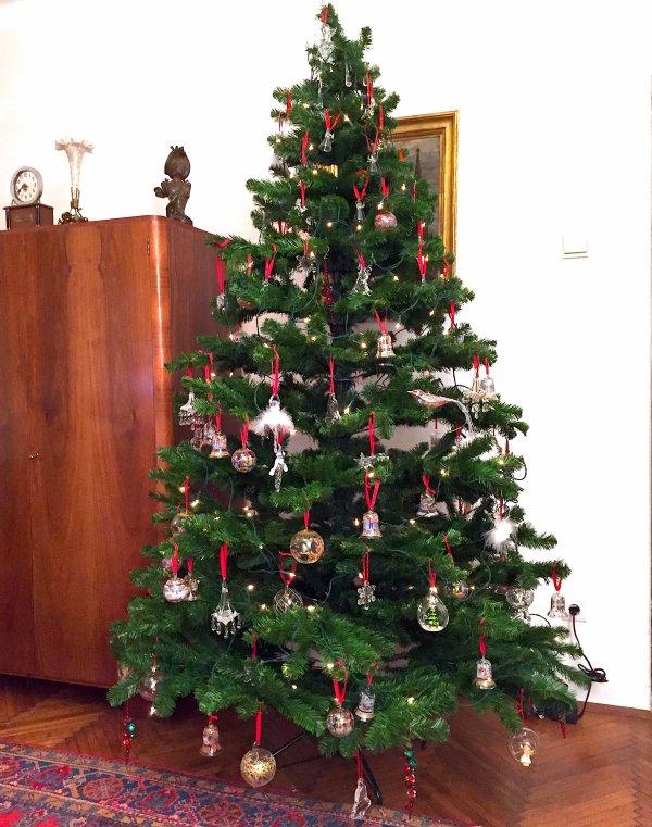 Arbre de noël décoré de boules de cristal et de rubans rouges.....  Geschmückter Weihnachtsbaum von Kugeln von Kristall und roter Bänder .....