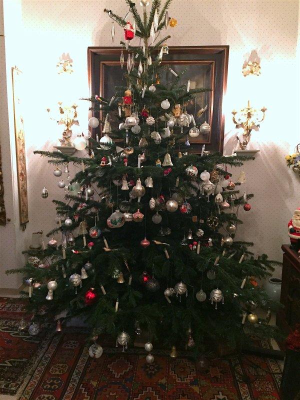 Le grandarbrede noël du salon dans toute sa splendeur............ Der großeBaumvon Weihnachten des Salons in all seinem Pracht .....