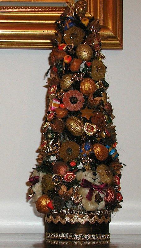 Petit arbre de noël en sucre sur la commode du bureau..........  Kleinen Weihnachtsbaum aus Zucker auf Büroschrank ...