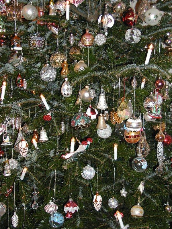 Sur l'arbre de noël, des dizaines de boules et de décorations....... Auf dem Weihnachtsbaum, Dutzende von Kugeln und Dekorationen ...