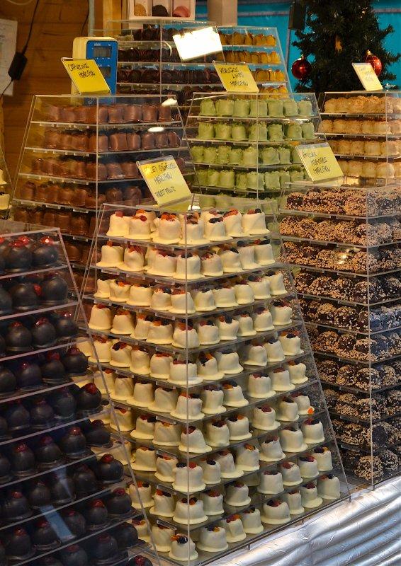 Des montagnes de pâtisseries, de douceurs, de chocolats....  Berge von Konditoreien, von Zartheiten, von Schokolade….