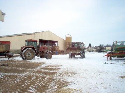 Et voila le tracteur case cvx 140 et le valtra 115