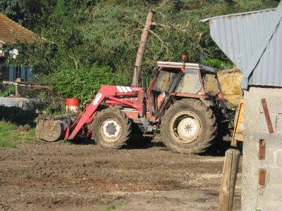 FIAT 80/90  avec chargeur  dans une  ferme à SAILLY FLIBEAUCOURT