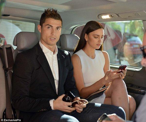 """Le 14 Décembre: Irina et Cristiano sont arrivé à Madeira sur l'île du footballeur.  Le 15 Décembre: Irina et Cristiano se sont rendu en compagnie du fils et la mère de celui ci à l'inauguration du Musé """"CR7""""."""