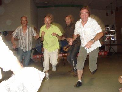 Qui sont ces hommes ? Où courent-ils ?