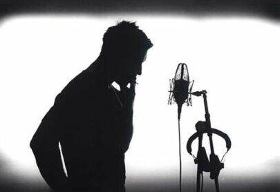 Un chanteur qui cache bien son jeu
