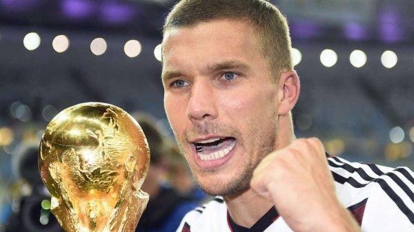 OS 26 <3 Lukas Podolski : Car je sais une chose que quand je suis avec toi je peux gravir des montagnes... Je pourrais même décrocher la lune pour te voir heureuse... Je peux tout faire et le mot impossible n'existe plus... Car tu es la seule à réussir à me redonner foi en moi.