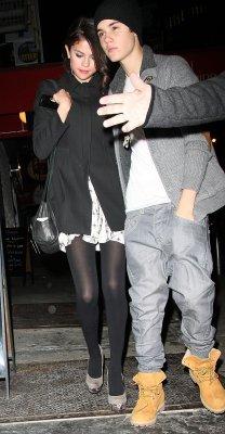 Selena e Justin saindo de restaurante em Nova York
